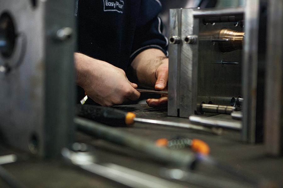 Fase del lavoro manuale nel reparto di costruzione degli stampi Easy Plast